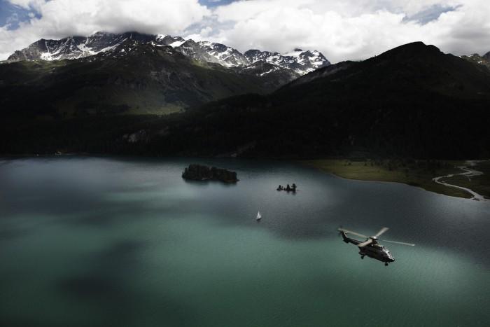 Noe Flum Super Puma über dem Silsersee im Engadin Luftaufnahme