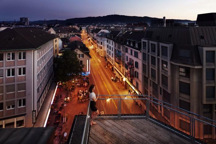 Noe Flum Zürich Tourismus Langstrasse Terrasse Dämmerung