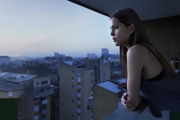 Markus Roessle UNIQA Versicherung Balkon junge Frau