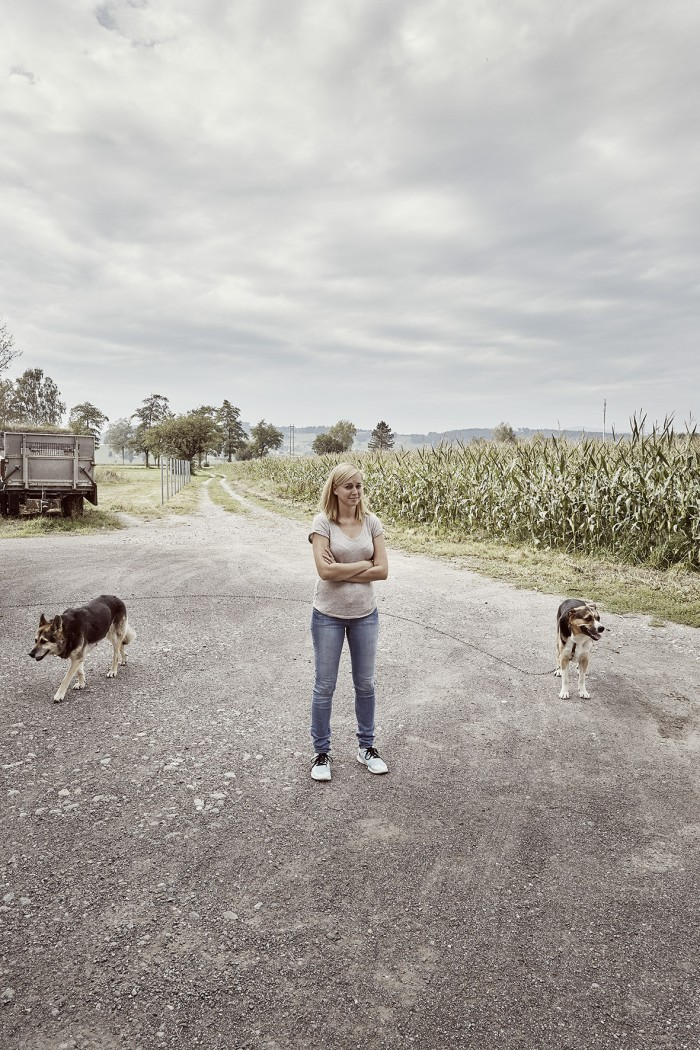 Noe Flum Schnellmann Nina Fleischmann Vorplatz Hunde Maisfeld