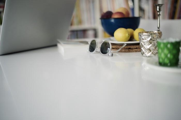 Fabian Unternaehrer bank now Arbeitstisch laptop Sonnenbrille Zitrone