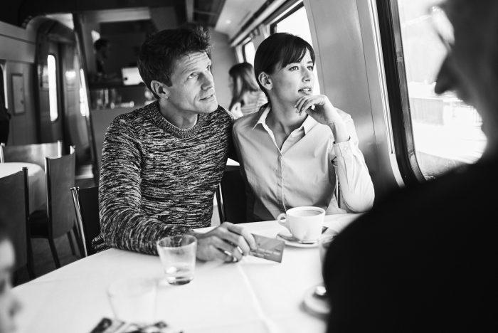 Fabian Unternaehrer Aduno Paar Zugfahrt Speisewagen Kaffee