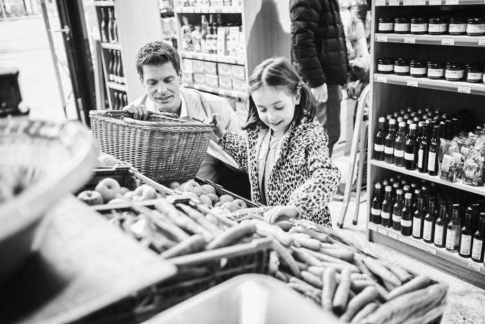 Fabian Unternaehrer Aduno Vater Kind Einkaufen Quartierladen