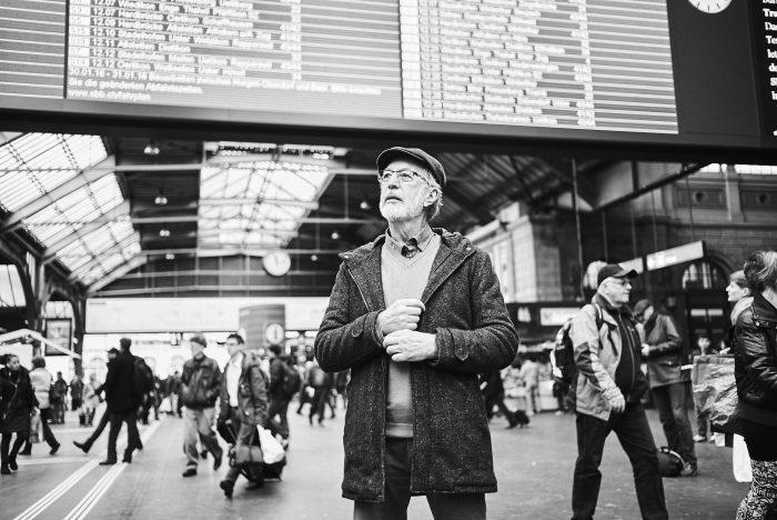 Fabian Unternaehrer Aduno Mann Bahnhof Bahnhofshalle