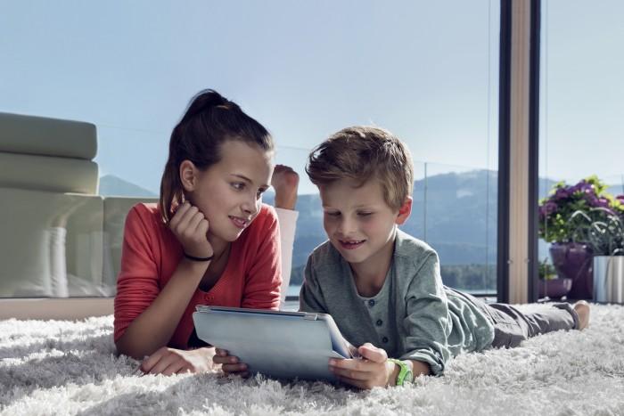 Markus Roessle Salzburg AG Energie Kinder Laptop Wohnzimmer Teppich