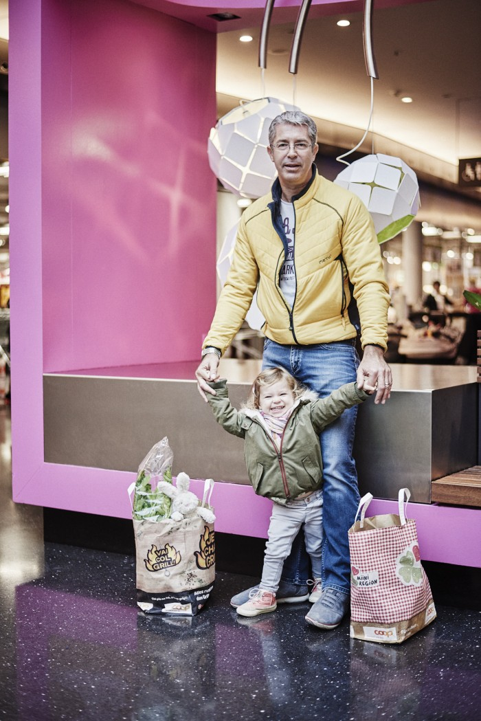Fabian Unternaehrer Sihlcity GB-2015 Mann Kind Einkaufstasche