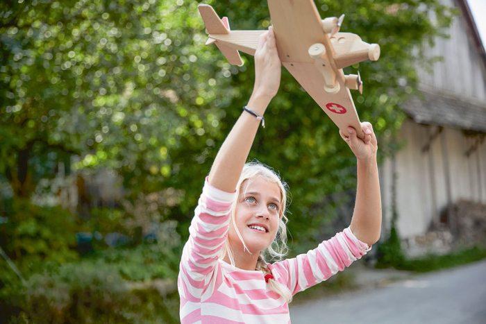 Markus Bertschi Mobiliar Versicherung PK Mädchen Flugzeug Spiel