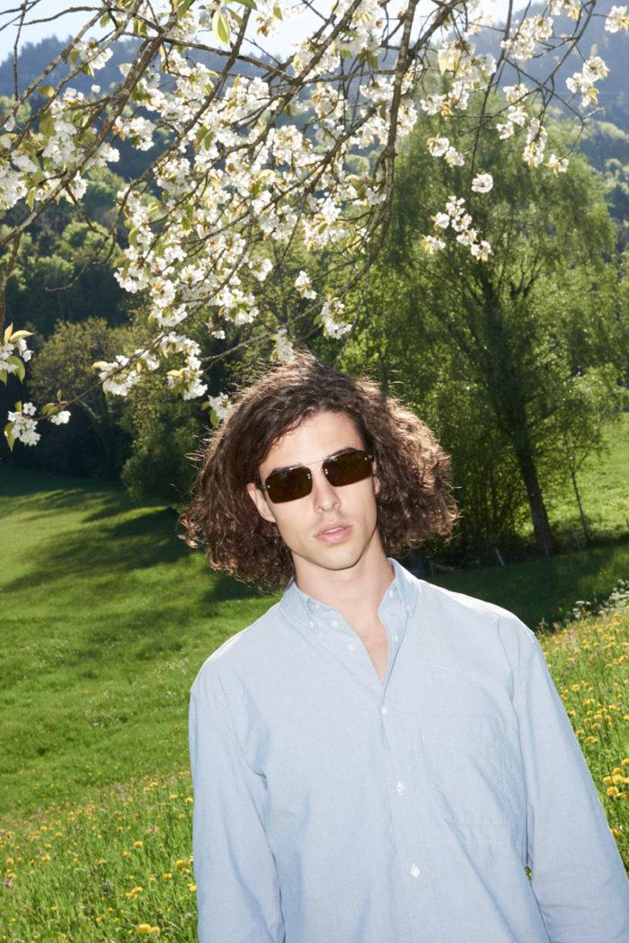 Simon Habegger NZZ am Sonntag Stil Mode Sonnenbrille Hemd Blumenwiese Blüten