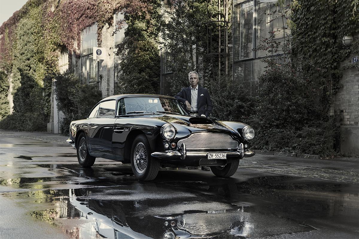 Felix Streuli Oldtimer 1960 Aston Martin DB4 Series-1 Spiegelung Strasse Regenpfütze