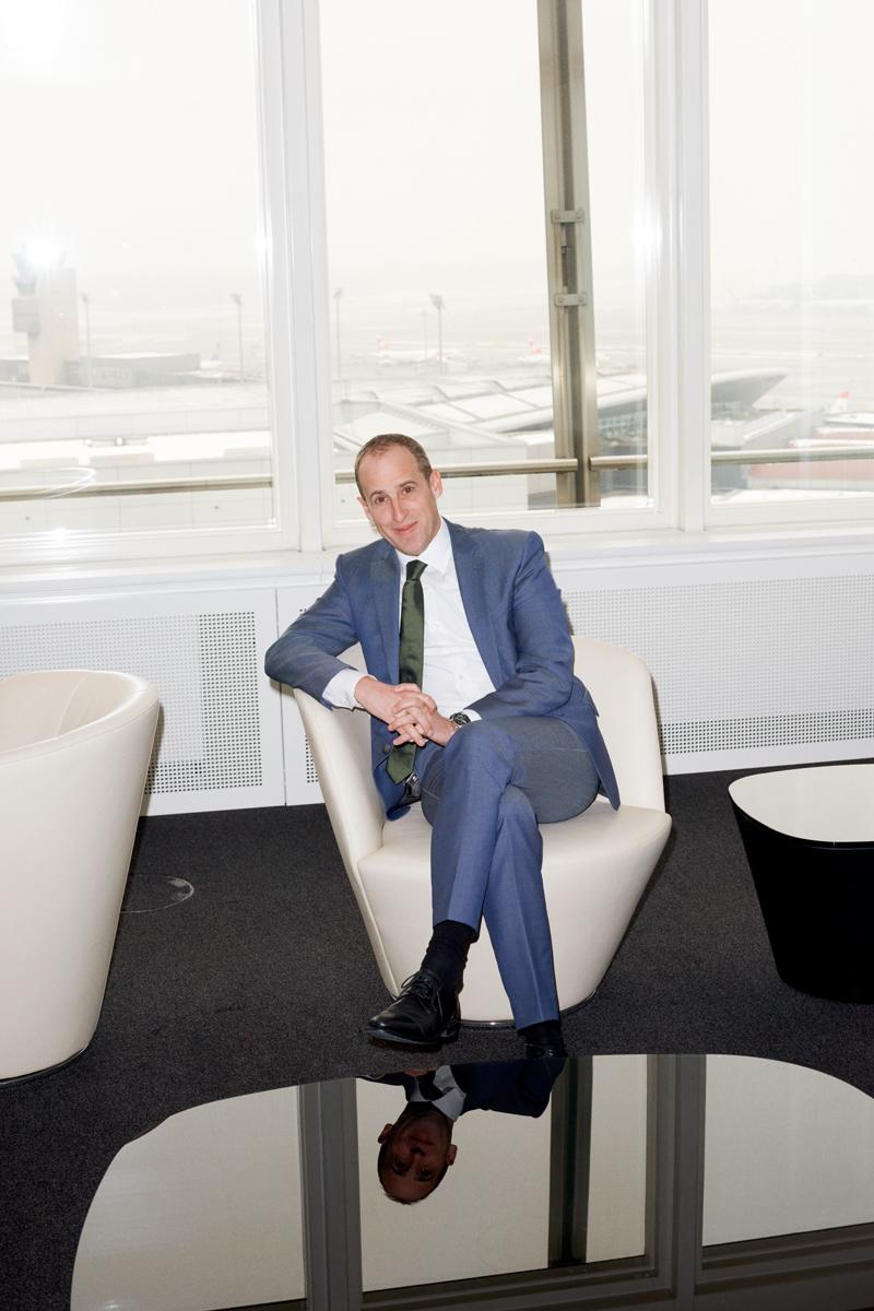 Simon Habegger Stephan Widrig CEO Flughafen Zuerich Flughafenchef Portrait Spiegelung Handelszeitung