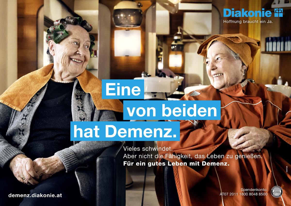 Markus Roessle Diakonie Demenz  zwei Damen beim Frisör