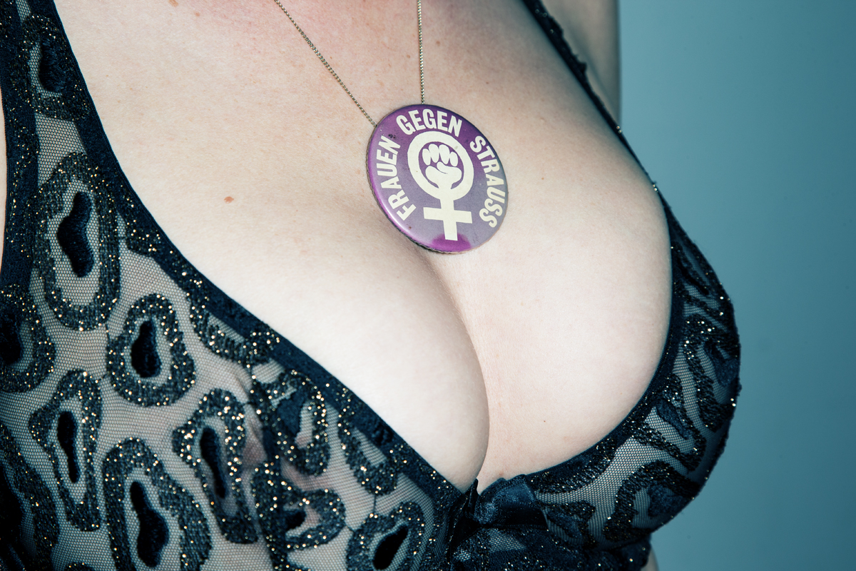 Markus Roessle political statement badge frauen