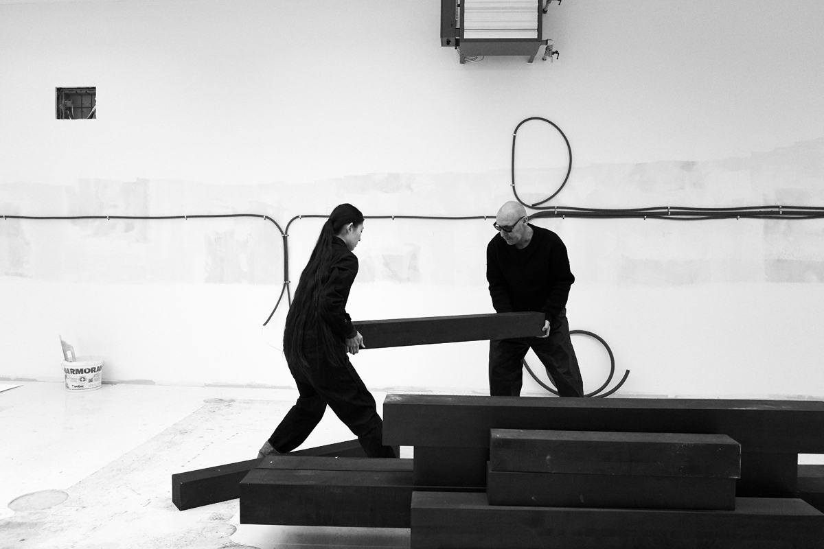Simon Habegger Zuerich Magazin Fotograf Michel Comte and his wife Ayako unpacking beams of dark wood