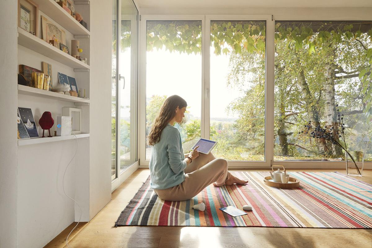 Noë Flum Elektrizitätswerke des Kantons Zürich EKZ Smart Home Box Selbstinstallation Tablet Wohnzimmer Teppich Aussicht