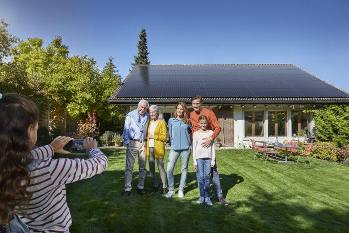 Noë Flum Elektrizitätswerke des Kantons Zürich EKZ Solarstrom Prosumer Familienbild Generationen Einfamilienhaus Solaranlage Garten
