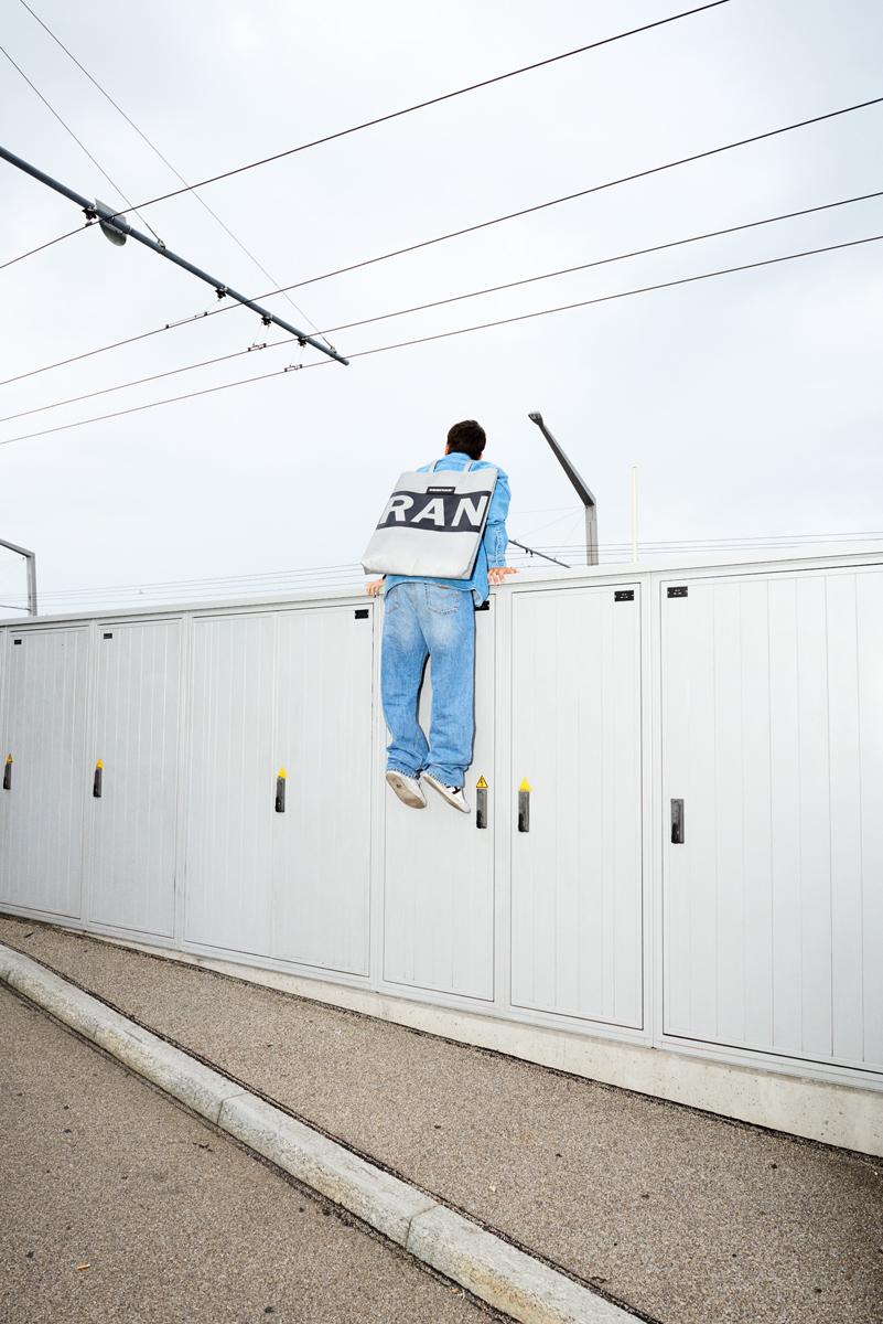 Simon Habegger Freitag-Tasche oversized-tote-bag F729 LKW-Plane Recycling Fotografie Fahrleitung