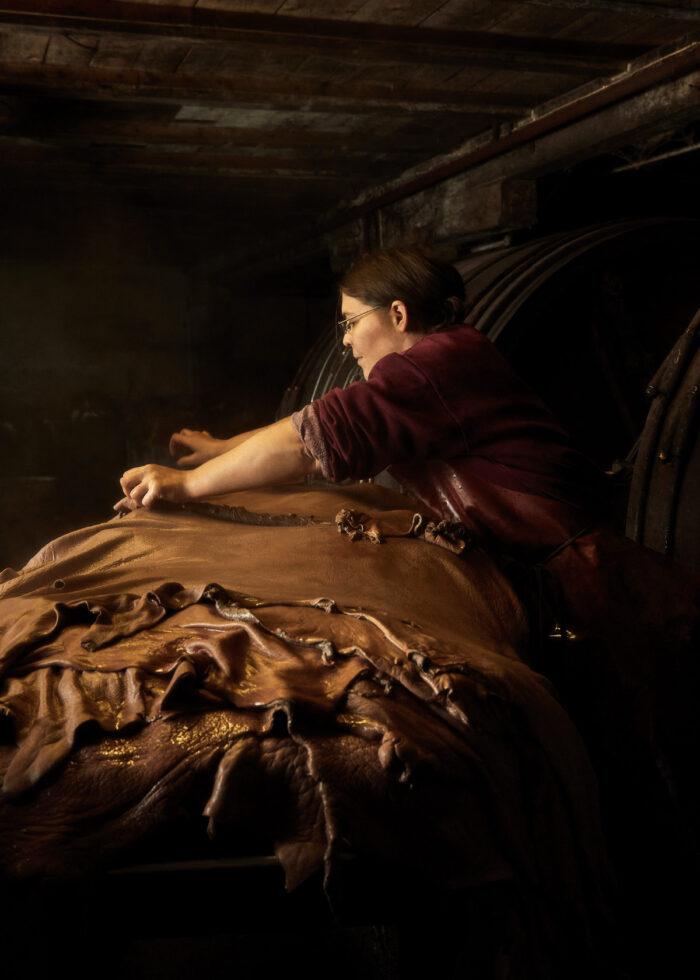Gerberei Jürg Zeller Steffisburg Büffelleder Mitarbeiterin Astrid nimmt die fertig gewaschenen Leder aus den Fässern