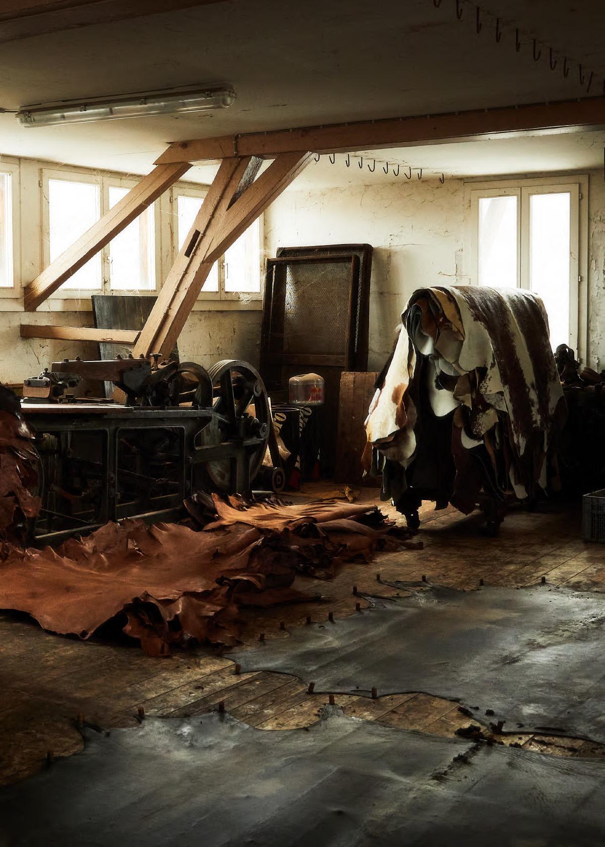 Gerberei Jürg Zeller Steffisburg Büffelleder Lederlager im obersten Stockwerk des Gerberhauses, am Boden aufgespannte Bisonhäute zur Trocknung.
