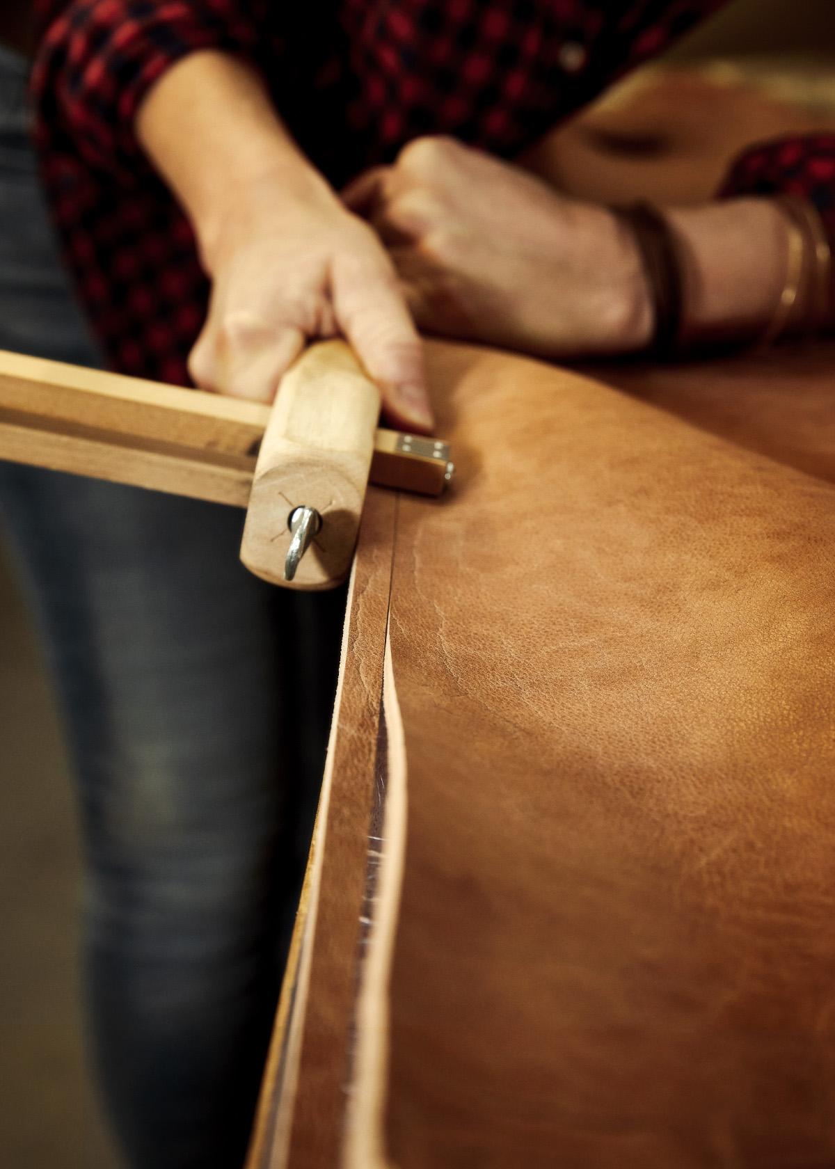Atelier Lumpazis von Nadja Lippmann Thema Büffelleder Produktion Schlüsselanhänger Leder schneiden
