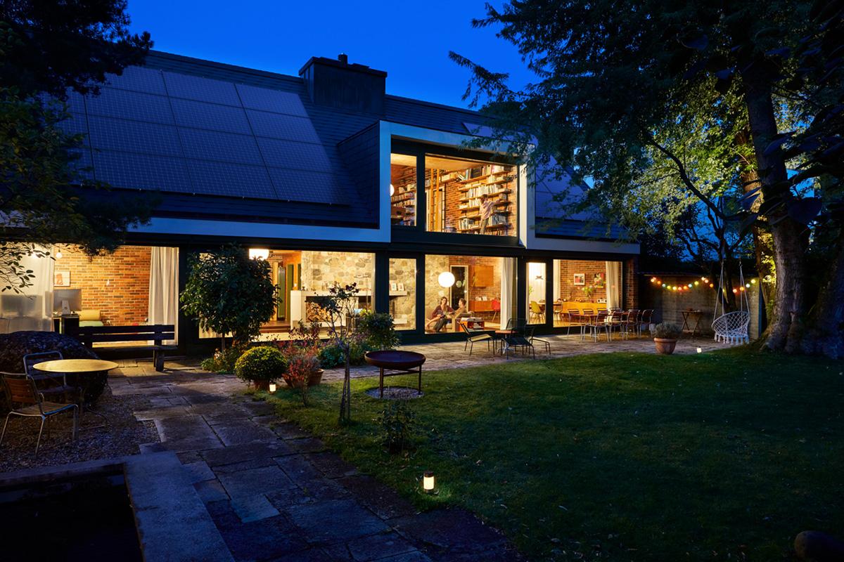 Noë Flum EKZ klimafreundlich Energielösung Solaranlage Solarstrom Energiemanagement Gebäudeautomatik Einfamilienhaus Garten l'heure bleu