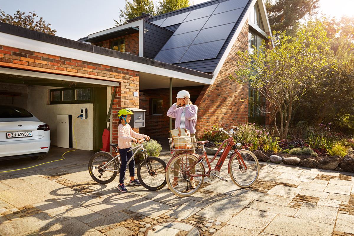 Noë Flum EKZ klimafreundlich Energielösung Solaranlage Solarstrom  E-Mobilität e-Bike Elektroauto Ladestation Einfamilienhaus Garten
