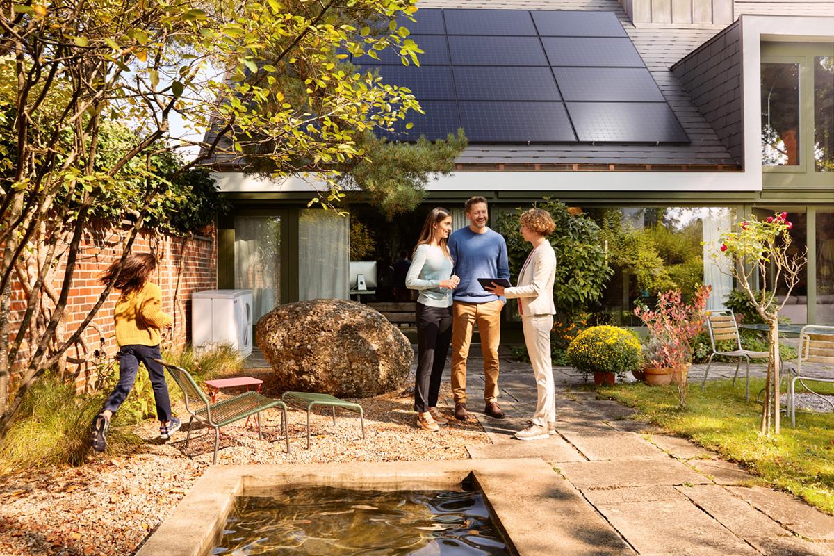 Noë Flum EKZ klimafreundlich Energielösung Solaranlage Wärmepumpe Solarstrom Einfamilienhaus Garten Beratung
