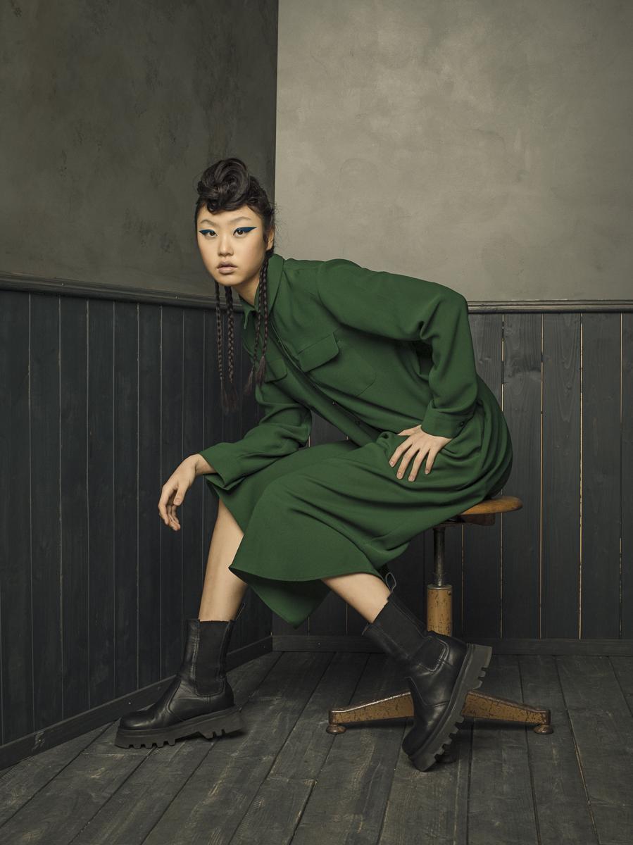 Remo Buess Fotograf fashion shooting woman on chair Studio @jang.dmi